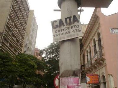 """imagem do cartaz """"gaita conserto"""", comum em porto alegre nos anos 90"""